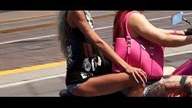 Doppio pompino a Torino, Capitano catturato  spompinato da due turiste Mary Rider e Gabriela Flores