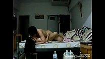 Une jeune copine asiatique fait l'amour à la ma...