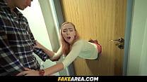 Teen Girl bleibt in einer Tür stecken und wird ...