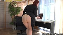 Long legged milf Pink from the US gives her uns...