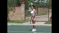 Die Tennisschülerin direkt auf dem Platz gefickt