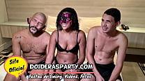 Sexo a tres interracial amador com a novinha de...