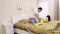 SIS.PORN. Love in yellow stockings licks stepbr...