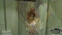 bella liza dandose un baño