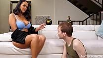 Latina aux seins énormes donne une pipe incroya...