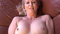 Super sexy older lady plays with her juicy puss...