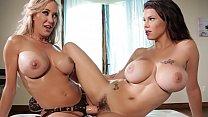 Brandi Love, lesbienne aux gros seins, fait des...