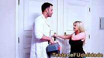 Loira rabuda seduzindo massagista casado