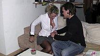 Nachbarsjunge wird von reifer deutschen Hausfra...