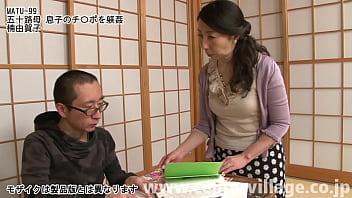 由賀子の息子タカシは浪人生だった。ある晩の事、由賀子が勉強中のタカシの部屋にお夜食を持って行くと参考書の下からエッチな本を見つけてしまう。