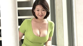 「普段のセックスじゃできないようなことがしてみたいですね…」水川由里さん33歳、結婚5年目、3歳の長女を子に持つ専業主婦。一瞬で目を奪われるそのおっぱいは100センチGカップ爆乳。ふだん街を歩いてて男性の熱視線を感じることも多いという由里さんだが、結婚してからは旦那一筋。