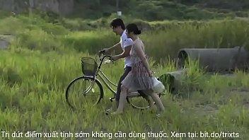 Đôi vợi chồng public bên hồ