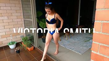 Cariñosa adolescente de 18 años jugando en el balcón