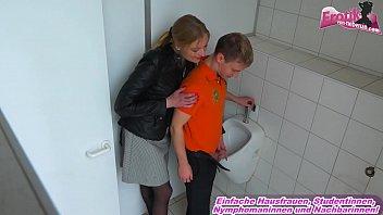 Deutsche Prostituierte bumst Trottel auf dem Klo