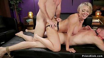 Enormes seins de la blonde...