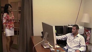 Mia moglie non sa che mi fotto la sua segretaria nell'ufficio di mio padre