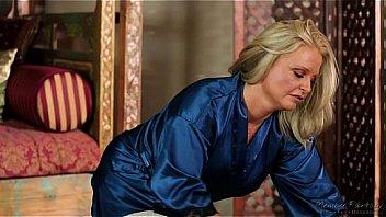 Maya Devine masser un homme...