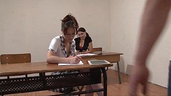L'insegnante e le studentesse birichine