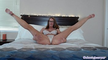 Mature Camgirl Jess Ryan In Bed Plays With Big Dildo