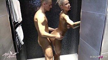 Deutsche Amateurin Anni Angel vom Stecher ihrer Stief Schwester einfach in der Dusche gevoegelt - German Taboo