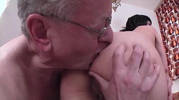 Verrückt, der alte Knacker 65 Jahre fickt seine geile 18 Jahre alte Stieftochter!