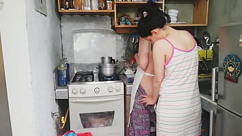 Estoy en la cocina y le lamí el coño!!