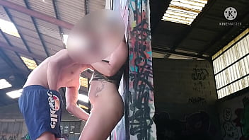 Young virgin takes her first big cock shamelessly in her father's shed ... And this makes you fill with a lot of cum !!