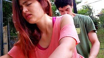 Garganta profunda y sexo duro en el parque con mi compañera del colegio