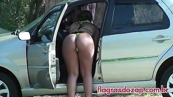 Famosa da Casa Bonita 3 flagrada se trocando no carro após sair da praia!