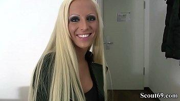 Analsex vor dem Spiegel mit junger deutscher amateur Blondine