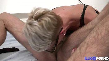 Mia, une cougar blonde utilise pour la première fois un gode ceinture