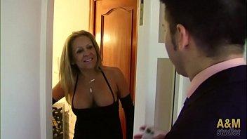 Una madurita se folla  a un comercial en su casa. Todo un placer para su apetitoso culito !!