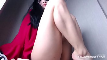 Young Asian babe rubs her crack in front of webcam