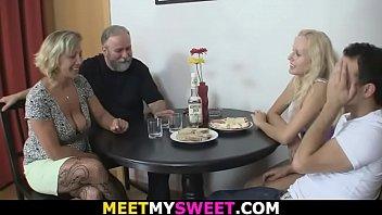Hot gamle-de unge lesbiske trekantsex...