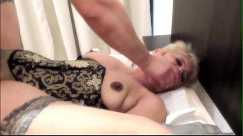 sexo extremo el placer  de tenerla  en  el culo  mientras  te asfixian  y  te castigan  con  un  latigo...