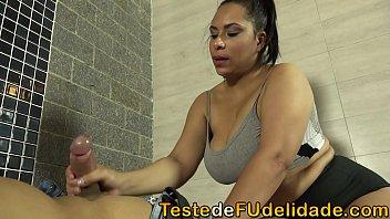 Gabriela Ramos uma Tia bem gostosa com seios fartos e bumbum avantajado acabou dando para seu sobrinho depois que ele fez uma massagem nela.