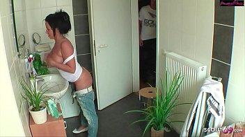 Geile Tante vom Neffen nackt im Bad überrascht und einfach gefickt