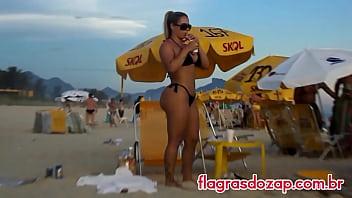 Flagra da sósia da ex-panicat Juju Salimeni na praia