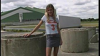 blonde adolescente publique upskirt