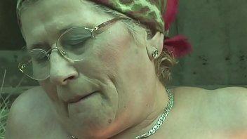 Sorelle anziane bionde perverse si scopano nella stalla