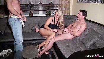 Ehemann ueberrascht seine Ehefrau mit Jungspund und fickt mit - German MILF
