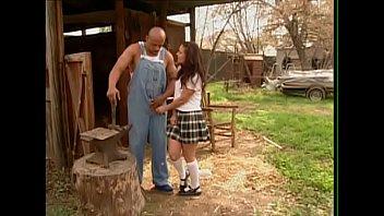 Stallone tatuato si scopa la giovane contadina