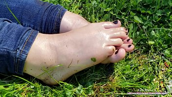 Public Foot Fetish - Worship BBW LilKiwwiMonster and her pretty little feet!