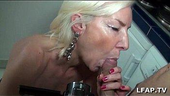 Cougar français séduit un jeune à la grosse bite à baiser