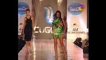 Pamela David desfilando en Topless