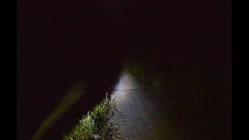 Парень гуляет в кожаной одежде в ночном лесу