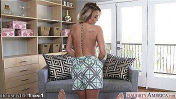Sexy femme au foyer Emily...