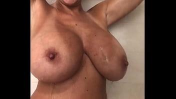 Ma mère et ses belles formes pour un direct sous sa douche