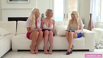 2 stepmamans lecher leurs belles-filles...
