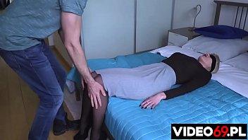 Darmowe filmy erotyczne - Niespodzianka dla pani kurator - występuje Kornelia